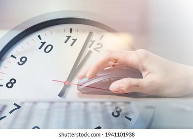 Nahaufnahme von Geschäftsfrauen Arbeiten mit Laptop-Computer-Overlay mit Afternoon Break Lunch Times Clock für Office-Arbeitszeitkonzept