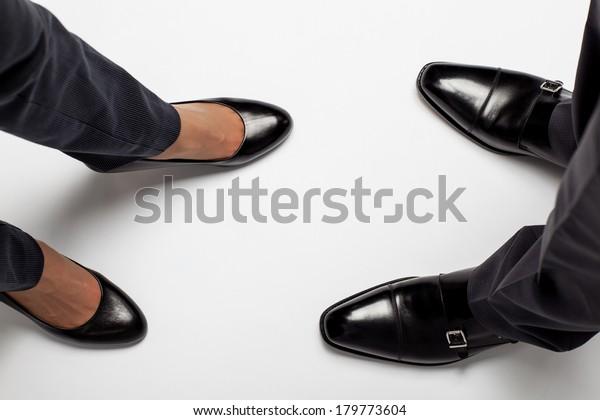 Крупная часть ног бизнесмена и бизнесмена на полу
