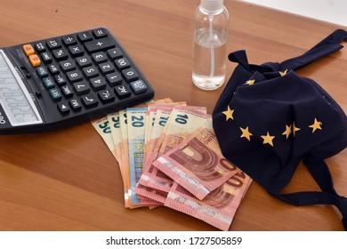 Die als Flagge der Europäischen Union konzipierte Nahaufnahme eines Taschenrechners, von Euro-Rechnungen und von Tageszeitungen, die das Konzept der Wirtschaft symbolisieren, ist auf die Epidemie des Coronavirus zurückzuführen.