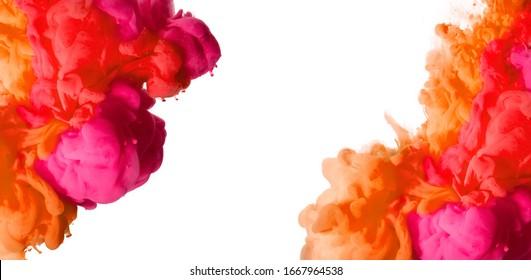 Cierre de una colorida tinta acrílica en agua. Antecedentes abstractos. Festival de colores. Vista panorámica de la explosión de color aislado en blanco con espacio central de copia