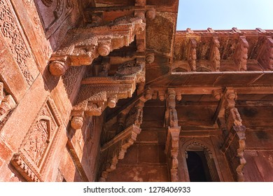 Closeup detailed of columns in Red Fort, Agra, India.