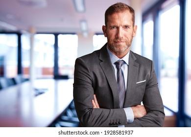 Nahaufnahme eines Geschäftsmanns, der Anzug und Krawatte im Büro trägt.