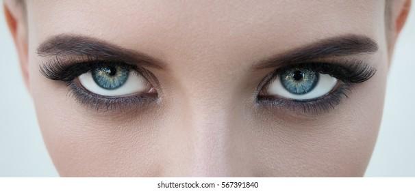 Nahaufnahme eines hübschen Mädchens mit schönen blauen Augen, großen Wimpern und Augenbrauen