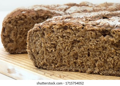 Close-up of a freshly sliced loaf of bread, homemade bread made from whole wheat flour, whole grain flour and rye flour.