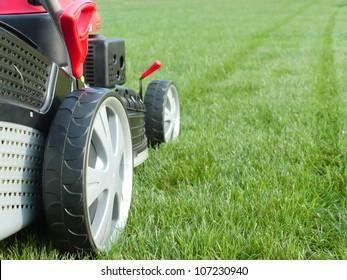 Nahaufnahme von Rasenmäher, der das Gras mäht