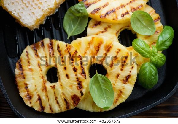 焼いたパイナップルのスライスと蜂蜜の接写、ビュー上