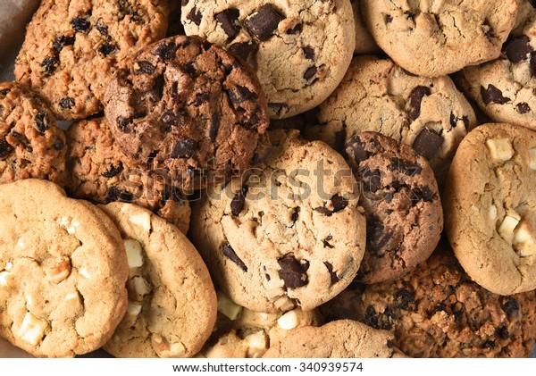 Nahaufnahme einer Gruppe verschiedener Cookies. Schokoladenchip, Haferflocken, weiße Schokolade füllen den Rahmen.