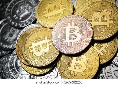 Nahaufnahme einer Gruppe von Bitcoin-Münzen.