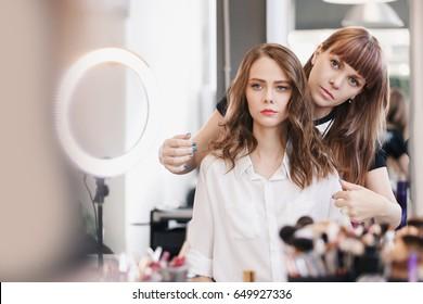 美容院で若い女性の髪型を作る接写