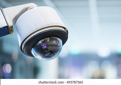 image en gros plan de la caméra de sécurité CCTV sur fond flou