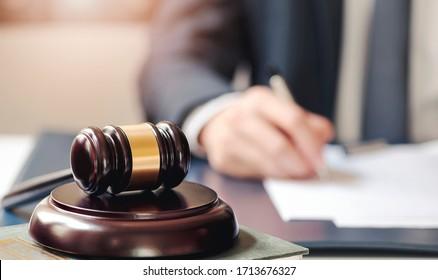 Nahaufnahme eines Richters hölzerner Schnitzel auf einem Soundblock mit unscharfem Bild von Hand auf dem Hintergrund.