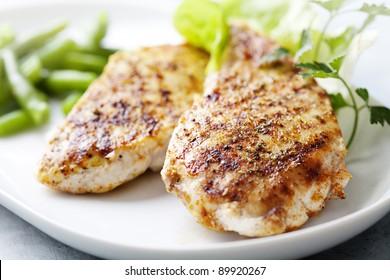 Nahaufnahme von saftig gegrilltem Hühnerfilet