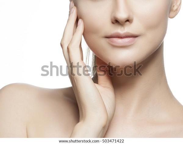 白い背景に生まれつきのメイク、完璧な肌、緑の目を持つ、白人の若い女性の唇と肩の接写。スタジオでのポートレート。