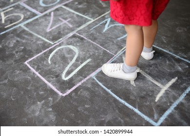 KIDS OUTDOOR CHALK GARDEN GAMES ACTIVITIES HOPSKOTCH FUN SIDEWALK DRAWING COLOUR