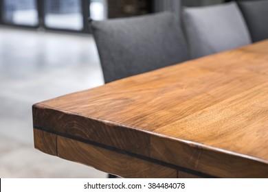 Nahaufnahme einer luxuriösen Tischecke, Vintage-Möbel aus Massiholz