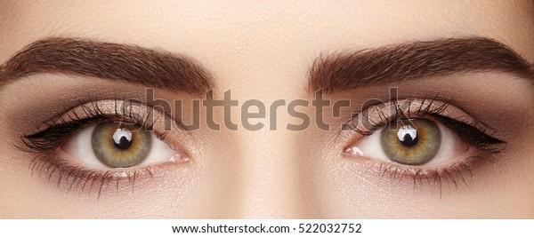 完璧な形の眉を持つ美しい女性の目の接写マクロ。清潔な肌、ファッション自然のメイク。良い視力
