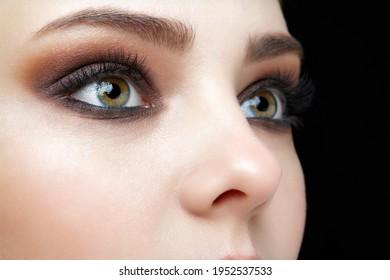 Makroaufnahme von menschlichem weiblichem Gesicht in Nahaufnahme. Frauen mit natürlichem Gesicht und Augen Schönheit bilden sich.