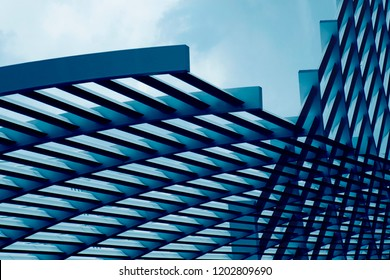 Nahaufnahme der Metallgitterstruktur. Abstrakter Stahl-Rahmenhintergrund zum Thema moderne Architektur, Gebäudefassade, Bauindustrie oder Technologie.