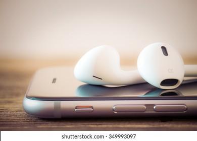 Nahaufnahme des modernen Kopfhörers auf tragbaren Telefonen