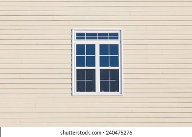 外側の木の表面を持つモダンな窓に接する