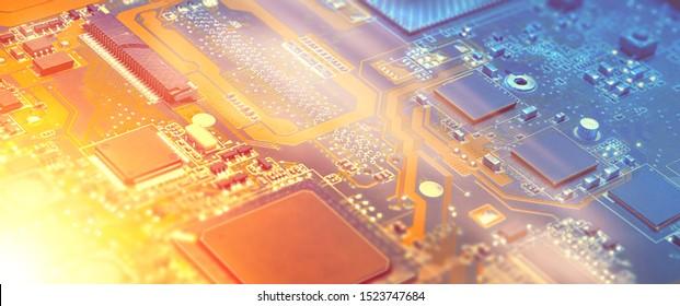 Nahaufnahme auf der elektronischen Hauptplatinenkarte in der Hardware-Reparaturwerkstatt. Unscharfes Panoramabild mit Details der Schaltkreise und Nahaufnahme der Elektronik. Gefiltertes Bild, orange und blau, Kopienraum