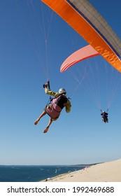 parapente en gros plan survolant la dune de Pyla dans le département de gironde, Reégion de l'Atlantique, France