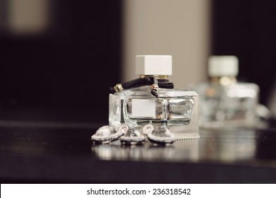 Nahaufnahme von Parfüm-Flasche und Schmuckset