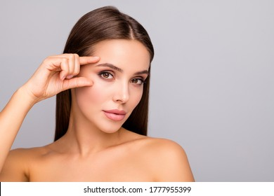 Nahaufnahme von schöner Dame nackter Schultern Klumpen formale Lippen verlockend Blickwinkel Augenbrauen auf Falten einzeln auf grauem Hintergrund