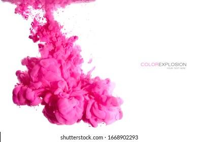 Tinta acrílica rosada en el agua. Antecedentes abstractos. Explosión de color aislada en blanco con espacio de copia