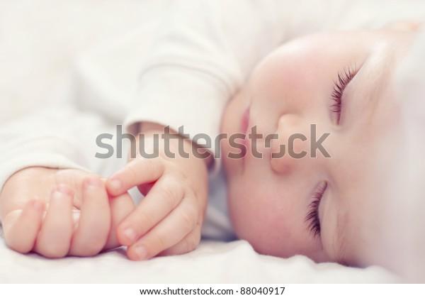 close-up portret van een mooie slapende baby op wit
