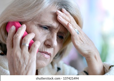 close-up portrait of an elderly woman calling to the doctor