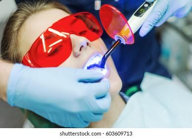 Retrato de close-up de uma paciente do sexo feminino visitando dentista para clareamento de dentes na clínica