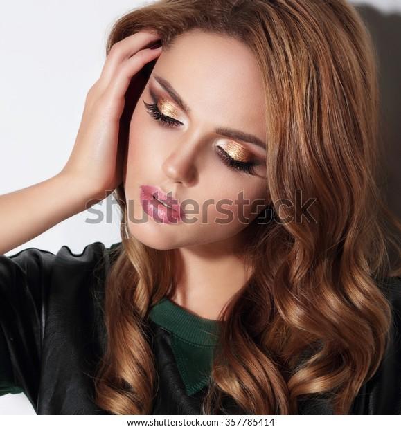 Close-up portret met gouden oogschaduw.
