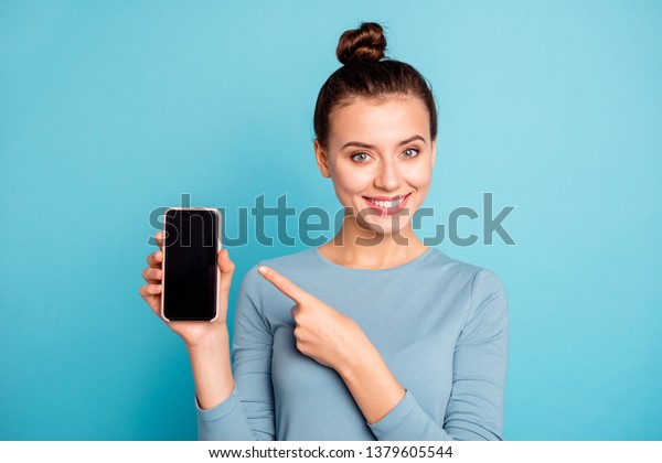 Nahaufnahme ihres Porträts von ihrem hübsch aussehenden, süßen, hübschen, fröhlichen Teenagermädchen, das in der Hand hält neue coole Kaufwerbung und Werbung einzeln auf hellglänzendem, türkisfarbenem Hintergrund
