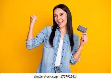 明るく鮮やかで鮮やかな黄色い背景に、魅力的で魅力的でかわいい陽気な女の子の接写で、手に持つプラスチックカード新しいソリューションノベルティ広告
