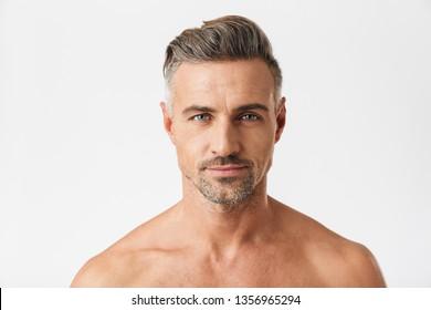 Nahaufnahme eines Porträts von lächelnden halb nackten Menschen der 30er Jahre, der eine brillante Kamera einzeln auf weißem Hintergrund betrachtet