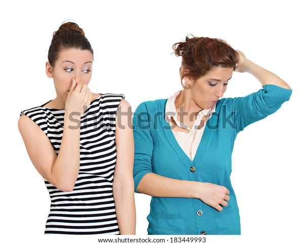 接写、女性の閉じた姿、鼻を覆う姿、何か臭い、悪臭、匂いなど。女が鼻をかむ。白い背景。ネガティブな感情、表情、感情