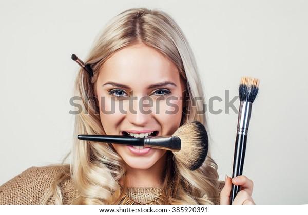 化粧筆を顔に当てた女性の接写