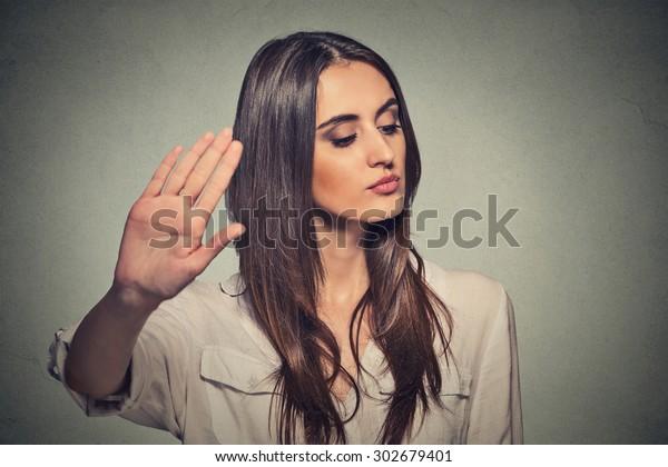 Nahaufnahme Porträt jugendlich ärgerte wütende Frau mit schlechter Einstellung zu sprechen mit Hand Geste mit Palm außen isoliert grauem Hintergrund. Negative menschliche Emotionen fühlen körperliche Ausdrucksfähigkeit