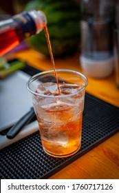 Nahaufnahme eines Aperolcocktails mit orangefarbenem Stück