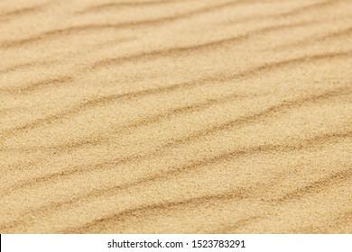 Nahaufnahme eines Sandmusters eines Strandes im Sommer.