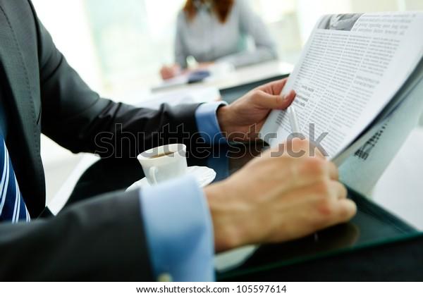 Gros plan sur un homme d'affaires lisant les dernières nouvelles