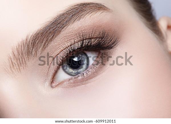 Nahaufnahme des weiblichen Gesichts mit Augenaufnahme