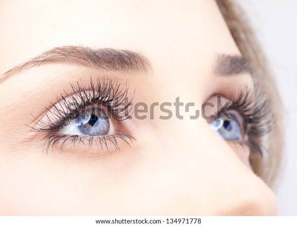 女性の目の接写と昼間の化粧