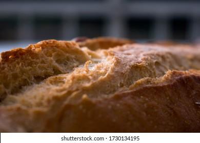 Cercanía de un pan español suave y crujiente a la luz del día.