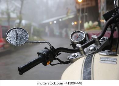 Nahaufnahme in einem Teil des Vintage-Motorradfahrens im Regen