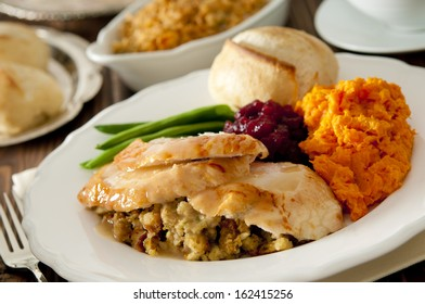 Closeup of a traditional Thanksgiving dinner.