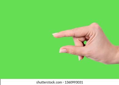 Nahaufnahme der weiblichen Hand formende Geste Little Bit. Einzeln auf hellgrünem Chroma-Hintergrund. Horizontale Farbfotografie.