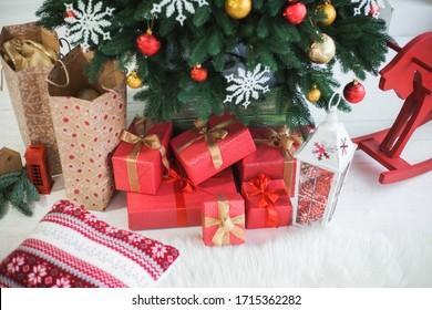 Nahaufnahme der Fotografie von schönem Weihnachtsdekor im Inneren des Hauses.