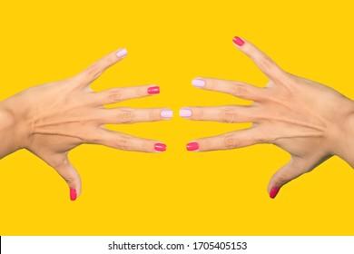 Nahaufnahme von zwei wunderschönen weiblichen Händen mit modernem, lichtdurchflutetem, asymmetrischem Nageldesign, perfekt für helle Sommertage.